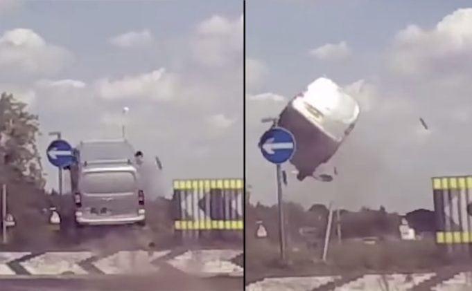 Šokujúce video: Dodávka na kruhovom objazde vyletela takmer 4 metre do vzduchu!
