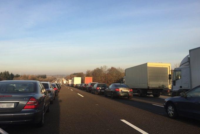 Nemci sprísňujú pokuty za núdzový pruh. Čo robiť v prípade kolóny na diaľnici?
