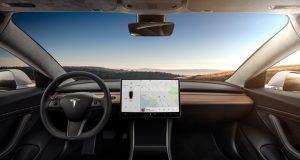Takto Tesla oklamala policajta: Pán vodič, odložte ten počítač!