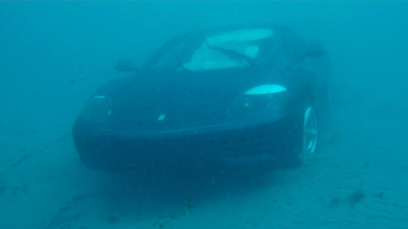 Muž utopil svoje Ferrari pretože už naň nemal nervy